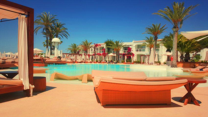 Beach-Club-Mallorca-Teenager-Travelyst_